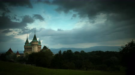 zamek : Stormy clouds gather over Bojnice Castle Time-lapse