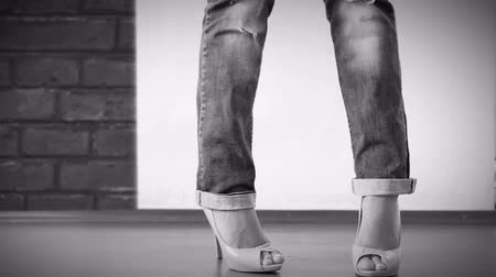 elevação : High heels shoes with ripped jeans Fashion Show