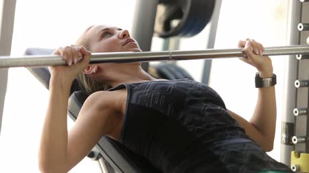 fisiculturismo : Attractive girl works with Barbell in modern gym