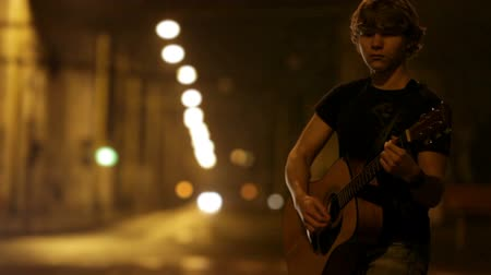 gitáros : Young rocker guitarist on the night traffic street