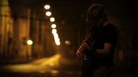 полночь : A young male guitarist perfoming on the night empty street High Definition Video: 29.97 FPS 10sec Please look another footages on my TrainArrival Account. Best Wishes.