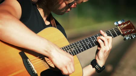 gitáros : A portrait of a young guitarist performing song played in chords