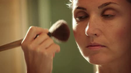kartáč : Girls getting ready for a date: applying make up in front of the mirror