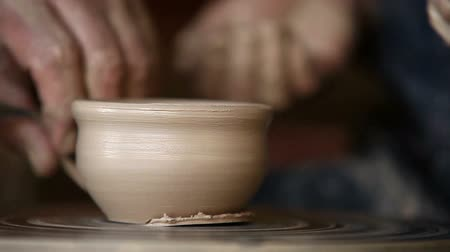 el sanatları : Potter works with clay bowl in workshop Stok Video