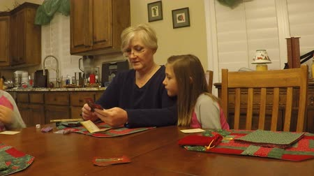 nagymama : Grandchildren teaching grandmother how to play a card game