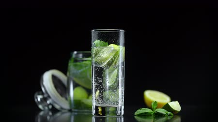 cítrico : Fresh lemonade with lime lemon and mint in cold sparkling water. Fresh citrus non alcoholic mojito cocktail