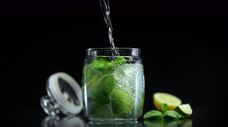 cítrico : Fresh citrus non alcoholic mojito lemonade with lime lemon and mint in cold sparkling soda water