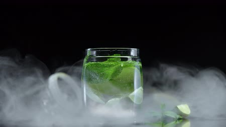 calcário : Lemonade lime lemon and mint in cold sparkling water. Fresh citrus non alcoholic mojito in cold cloud fog