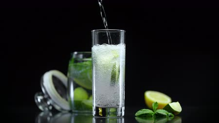 cítrico : Lemonade with lime lemon and mint in cold sparkling soda water. Refreshing citrus non alcoholic mojito cocktail