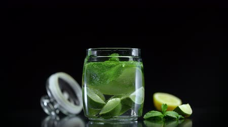 лимонный : Lemonade with lime lemon and mint in cold sparkling soda water. Fresh citrus non alcoholic mojito cocktail Стоковые видеозаписи