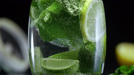 cítrico : Refreshing citrus lemonade with lime lemon and mint in cold sparkling water soda prepared for summer party