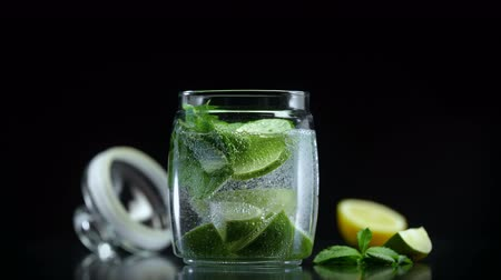 лимонный : Refreshing lemonade with lime lemon and mint in cold sparkling soda water. Citrus non alcoholic mojito cocktail