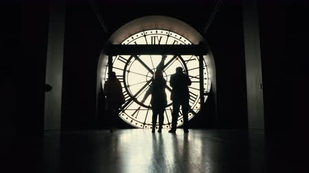 temporal : Silhouettes of moving people tourists by the big clock