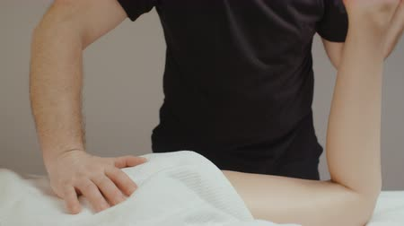 baixo teor de gordura : Male chiropractor doing leg tibia orthopedic massage. Slim young woman receiving health body rejuvenating procedure in spa salon Vídeos
