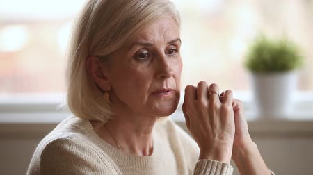 rouwen : Sad thoughtful anxious mature senior woman feeling lonely worried concerned about problems, pensive depressed upset middle aged widow lady sitting alone grieving thinking of getting older loneliness