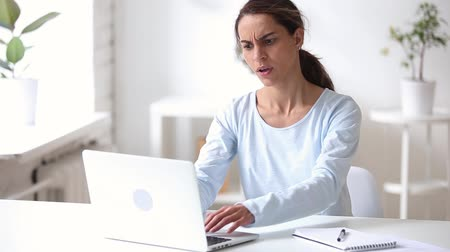calçadão : Woman sitting at desk has problems with pc feels angry stop typing freaking out and leaving, sudden shut off blue screen of death, missing files, slowly network connection, hard drive failure concept