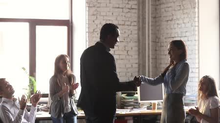 dankbaar : Helpful african american male boss handshake congratulate happy female employee proud of reward promoting praising worker shake hand get team support, appreciating for good work, recognition concept