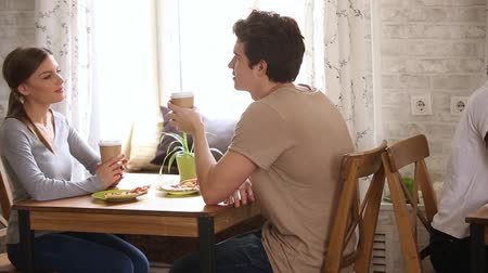 kennismaking : Moving camera slider shows multi-ethnic young couples sitting in cafe drinks coffee during speed dating activity, having lively pleasant conversation, romantic relationships and love seekers concept