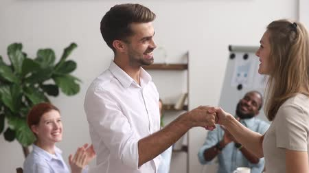 dankbaar : Multi-ethnic employees clap hands while boss greeting corporate client, happy businesswoman ceo congratulate shake hands successful worker getting reward or promotion, handshake as symbol of gratitude