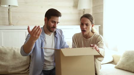 отправка : Happy couple customers open received parcel big carton box look inside feels dissatisfied with damaged broken package, angry spouses disillusioned wrong order, bad delivery service, refunding concept