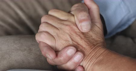 dankbaarheid : Senior older retired grandparents couple husband and wife holding hands, mature elderly family together, lasting love empathy support trust in marriage relationship health care concept, close up view