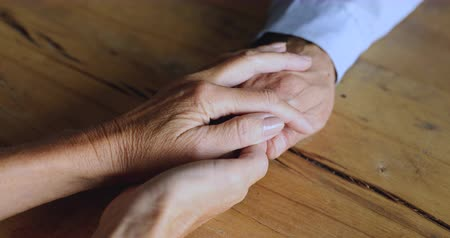 empathie : Close up view of elder family couple holding hands, loving caring old grandma wife supporting senior grandpa husband giving psychological empathy, help and understanding in marriage concept Vidéos Libres De Droits