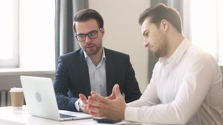 koordination : European colleagues talking discuss online project or new apps, manager explains new idea to teammate, businessmen disputing brainstorming together sitting at desk, teamwork help cooperation concept Videos