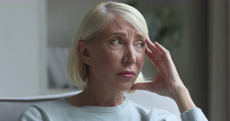 обеспокоенный : Worried sad grieving middle aged mature woman upset face look away feel depressed concerned about health problem grief, frustrated thoughtful old adult retired lady thinking of loneliness concept