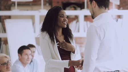 hűség : Smiling black female employee get rewarded handshake caucasian boss, helpful manager shake hand of successful african business woman congratulate promote, appreciation recognition at work concept