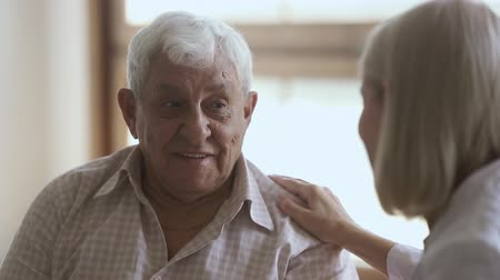 podporující : Elder old man talking to mature doctor caregiver telling complaints laughing, female nurse listening supporting senior patient having trust conversation giving care helping providing medical services Dostupné videozáznamy