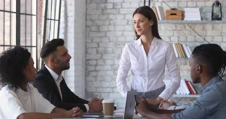 предпринимателей : Female ceo boss discussing corporate project with multiracial business team people at meeting table, businesswoman company leader presenting work results planning strategy with colleagues in teamwork