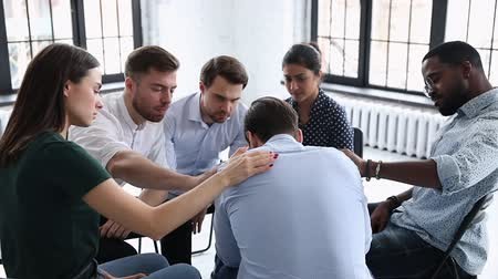 juntar : Upset man get psychological support from diverse friends counselor helping at group therapy, male patient feel pain depression share problem addiction during counseling meeting rehab session concept