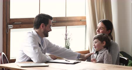 醫療保健 : Friendly caring male paediatrician and cute shy preschool kid boy patient talking at medical visit with mom, happy man doctor having trust conversation with child patient at pediatric checkup concept