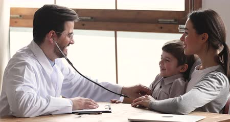 醫療保健 : Smiling male doctor pediatrician holding stethoscope examining listening kid boy checking up preschool patient visit paediatrician with mum, pediatric checkup and children medical healthcare concept 影像素材