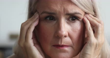 osamělost : Close up view of scared upset middle aged older woman feeling afraid stressed face thinking of disease or mental problems having strong headache suffer from panic attack or memory loss concept