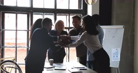 обещание : Happy multiracial business people with older mentor leader stack hands together at group meeting celebrate corporate victory, help in teamwork partnership leadership, building successful team concept