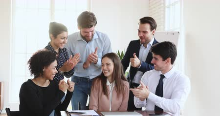 dankbaar : Friendly multiethnic business team coworkers congratulate happy proud best female leader winner applaud in office, diverse employees group praise colleague for professional achievement reward concept