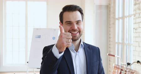 entusiasmo : Happy proud confident professional businessman employer leader winner wear suit show thumb up like look at camera vote guarantee best business quality recommend job concept stand in corporate office