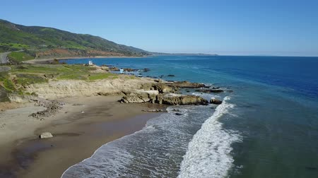 Калифорния : 4k aerial clip tilting up over a beach in Malibu