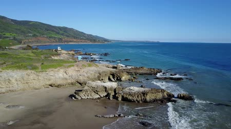diepzee : 4k luchtklem die over een strand in Malibu kantelt Stockvideo