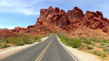 údolí : Incredibly beautiful landscape in Southern Nevada, Valley of Fire State Park USA. Smooth camera movement along the road.