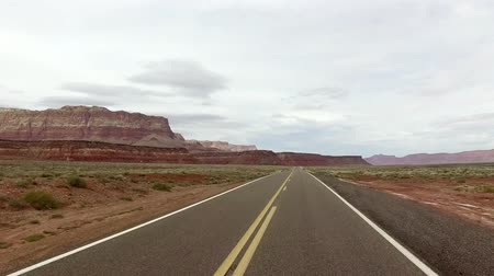 droga : Incredibly beautiful spring landscape in Utah. Road driving POV. Geological formation weather water erosion. Nature ecological sensitive landscape and tourist destination