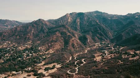 letadlo : Cinema aerial panoramic video of the view of mountain formations in Malibu from a helicopter. Los Angeles, California, USA Dostupné videozáznamy