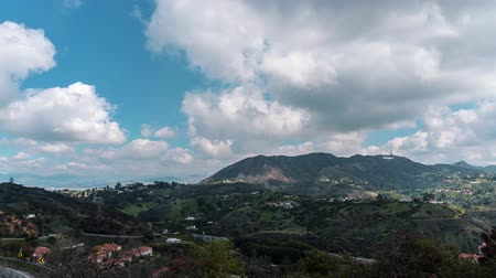 Beautiful TimeLaps Cinema shot 4K. View from the Hollywood Hills to the Hollywood Sign. Beautiful clouds move through the hills. A bright sunny day in Hollywood, Los Angeles, California Vídeos