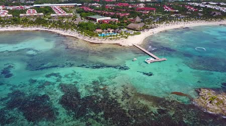 tyrkysový : Aerial drone shot. Aerial view from above, birde eye view at an luxury resort hotel beach of a tropical coast. Turquoise water of the Caribbean Sea. Riviera Maya Mexico.