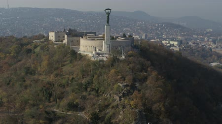 budapeste : Aerial footage of the Liberty Statue