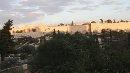 jerozolima : The ancient walls of the Old City of Jerusalem at sunset  Wideo