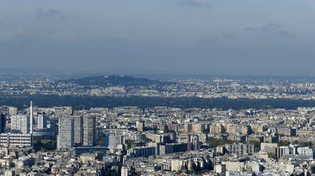 la tour eiffel : Panoramic footage in 4k with Paris from Montparnasse tower. Aerial view including different historical and commercial buildings like Eiffel tower and La Defense financial district. Stock Footage