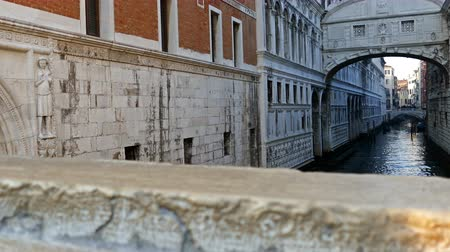 veneza : Canal between old buildings in Venice, Italy. Stock Footage