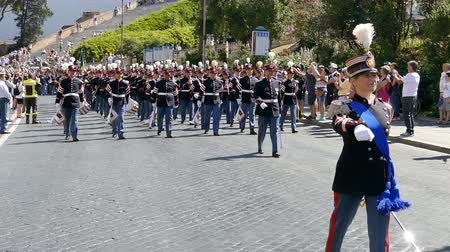 ROME, ITALY - JUNE 2, 2017: Military parade at Italian National Day. Musician soldiers in formation, including women. Footage is taken between Piazza Venezia and Teatro di Marcello.4K. Vídeos